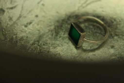 ring mit grünem stein